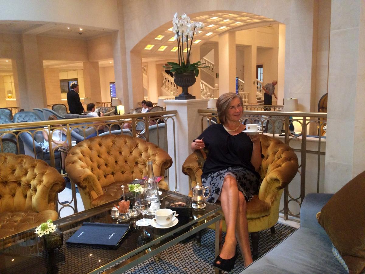 hotel-adlon-1-neue-lobby-garcon24-de