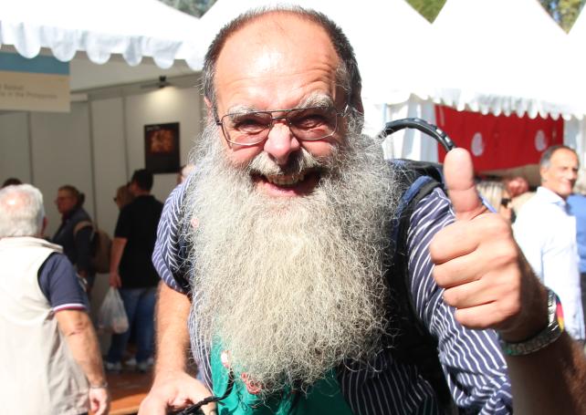 """Detlef Werner, genannt """"Janosch"""", aus Berlin. Der 56-jährige Elektomonteur wurde 2004 arbeitslos. Er gründete eine mobile Räucherei und spezialisierte sich auch das Räuchern von Knoblauch."""